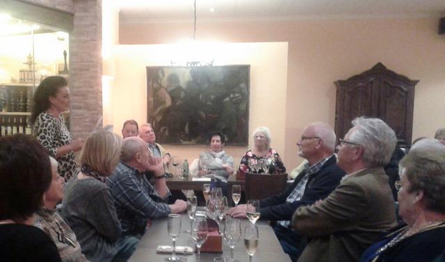 02_ Natascha L_ Michnow liest rumaenische Gedichte im Restaurant Tavino in Calpe